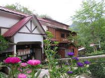 *【外観】五頭山の自然に包まれた宿。当地で採れた四季の恵みをご用意してお待ちしております。