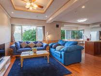 2階グリーンビュールーム内リビングルーム。138平米の客室には2つの寝室、5名宿泊可