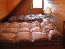 2階寝室シングルベッド2台ドーマ付き8名様ご宿泊の場合は1組布団を敷いて頂きます