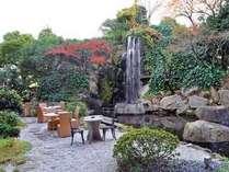 <ガーデン>手入れの行き届いた中庭。四季の移ろいを肌で感じながら、ホッと一息つける安らぎの空間。
