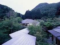 ■外観■2階の窓より松岳山をのぞむ