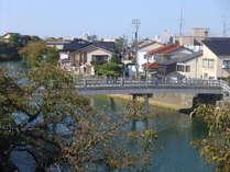 館内から望む中の橋