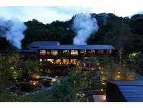河津の自然と玉峰館。源泉櫓からもくもくと立ち昇る湯気が豊富な湯量の証です。