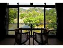2階の客室からは日本庭園と、河津の自然を一望でき、四季折々の景観がお愉しみいただけます。