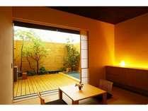 1階露天風呂付(ツイン)、建築界の巨匠、内田繁さんがデザインをした広いテラスと露天風呂付きのお部屋。