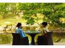 テラス席で庭園を眺めながらご休憩。庭園の小道を散歩したり、日常を忘れお過ごしいただけます。