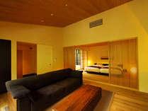 世界的インテリアデザイナーである内田繁氏がデザイン。木の質感を生かした、こだわりの家具やベッドを配置