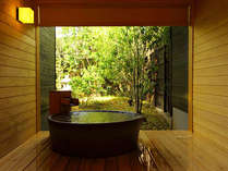 信楽焼の貸切風呂「薫風」、朝の表情。桧の香り漂う浴室内でごゆっくりお過ごしください。