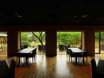 ダイニングから望む日本庭園。朝食は朝日に照らされた緑々しい景色をご覧いただけます。