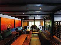大正創業の色を強く残すロビー。朱色の壁と重厚感ある家具が、落ち着きと個性を演出しています。