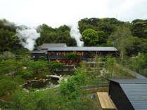 もくもくと立ち昇る源泉櫓の湯気が、豊富な湯量を感じさせてくれます。