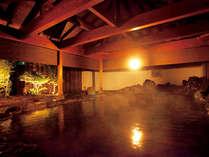 大露天風呂「吹花」岩を敷き詰めた大岩露天風呂は、一度に30人は入れる程の贅沢な広さ。