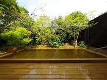 大露天風呂「風花」、朝は風、光、木々の豊かさと爽やかな風を感じられる大浴場。