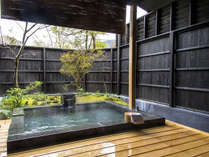 御影石の客室付き露天風呂。大人2人が手足を伸ばしても、ゆとりあるサイズです。