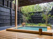 十和田石の客室付き露天風呂。大人2人が手足を伸ばしても、ゆとりあるサイズです。