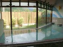 (女湯)大きな窓のある開放的な大浴場です。
