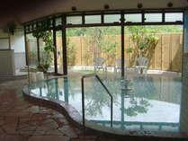 (男湯)大きな窓のある開放的な大浴場です。