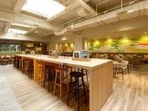 【ラウンジ】朝食会場やお仕事スペースとしてご利用いただけます。約120席
