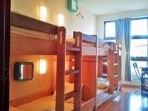 相部屋には2段ベッドが2台とデスクがあります。