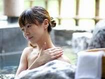 【露天風呂付大浴場】宇奈月温泉は弱アルカリ性のお湯で肌に優しく、体がじんわりと温まってきます。
