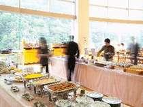 眺めの良いレストランで朝食バイキングはいかがでしょう。