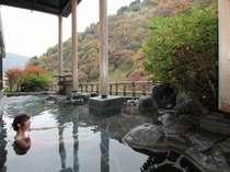 紅葉の時期の露天風呂最高。色がだんだん紅葉に染まって。