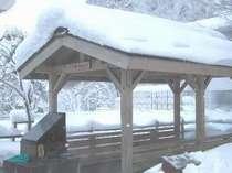 雪の中の足湯。雪があってもお湯に入ればほっこり。