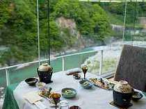 夕【レストラン マロニエ】黒部川を見下ろすお食事会場です。川のせせらぎのそばでの食事はまた格別です。