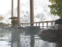 空から舞い降りてくる雪を眺めながらの露天風呂は幻想的です。