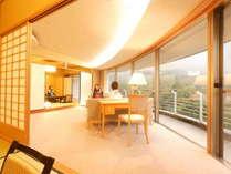 【特別室蘭亭(温泉街側)居間+10畳+6畳】扇形の居間が特徴的な当館の特別室です。