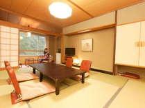 【本館スタンダード客室(黒部峡谷側)10畳】落ち着いた雰囲気のクラシックな和室です。