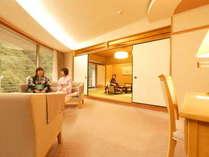 【特別室蘭亭(黒部峡谷側)居間+10畳+6畳】広々とした居間と二間付いた当館で最も広いお部屋です。