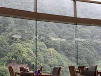 ●朝食会場は、全面ガラスで開放感あふれる場所です。