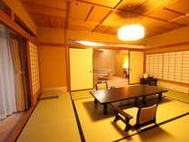 【特別室蘭亭(温泉街側)居間+10畳】蘭亭は1フロアに4室ずつしかないゆったりとしたお部屋です。