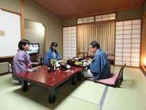 【お部屋食の一例】お部屋でゆっくりお食事をどうぞ。いつもより会話も弾むはず。
