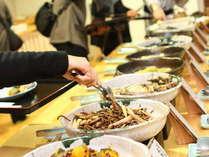 【朝食バイキング】お客様に好評の富山の郷土料理や地元の食材を活かした料理が並ぶバイキングです。