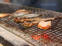 【朝食バイキング】干物コーナーにはセルフで炙れる炭火焜炉をご用意しています。