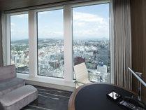 【プレミアルーム】大きな窓から杜の都の素晴らしい眺望を楽しめます。