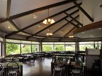 ≪木の温もりが素敵なレストラン≫お食事はこちらで。大きな窓から見える自然いっぱいの景色が好評です。