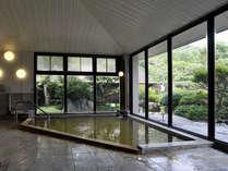 ≪大きな窓から見える木々に癒される大浴場≫美肌効果もある温泉で手足を伸ばして湯ったりと寛げます♪