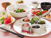 ≪朝食例≫ご朝食は朝粥が付いた和定食をレストランにてご用意致します。さっぱりとお召上がり頂けます。