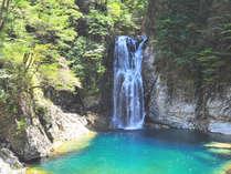 日本の滝百選である七ツ釜滝。手つかずの大自然を満喫