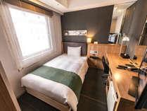 ≪シングルルーム≫ 広めのベッドと落ち着いた内装でゆったりとお過ごしいただけます♪