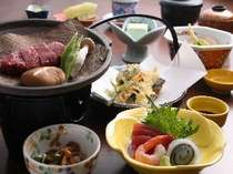 夕食は食事ところにご用意いたします。飛騨牛の朴葉みそ焼きがメインとなります。