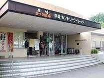 ◆本館(ターミナル棟)正面玄関です。オオカミのトテンポールがお出迎え。◆