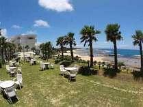 目の前にはキラキラの海。ロケーションに恵まれた大人のホテルで過ごす、優雅な休日をお楽しみ下さい。