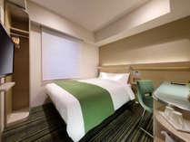 落ち着いた雰囲気の客室には、140cm幅のダブルベッドとデュベスタイルをご用意。