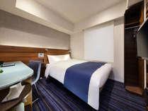 140cm幅のダブルベッドとデュベスタイルで、おひとりでゆったり贅沢に、おふたりでのんびり寛げます。