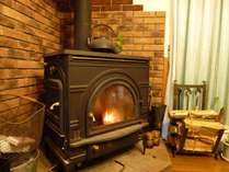 暖炉の温かい火が趣を与えてくれます。