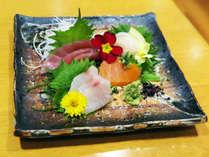 *【夕食一例】新鮮なまぐろ・ほたて・サーモンなどのお刺身を盛り合わせでご提供します。